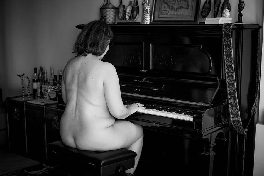 Femme ronde nue au piano